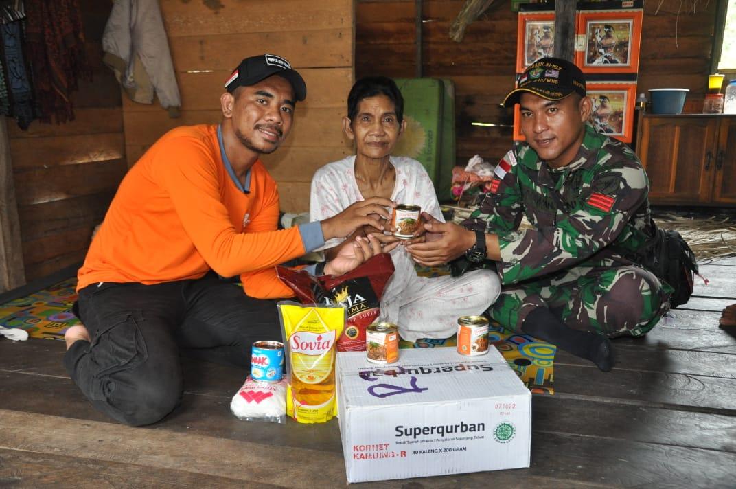 TNI Bersama Rumah Zakat antar Daging Super Qurban di Perbatasan