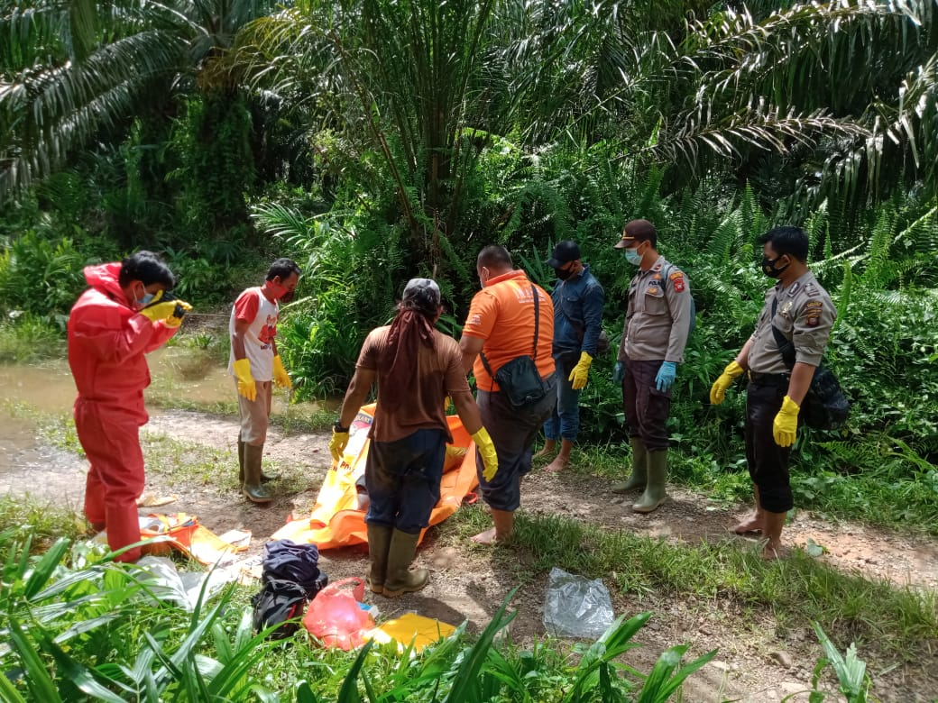 Kapolsek Sanggau Ledo bersama Warga Evakuasi Penemuan Mayat