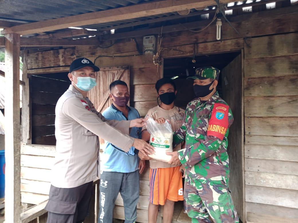 Bhabinkamtibmas dan Babinsa di Seluas Salurkan Bantuan Sosial