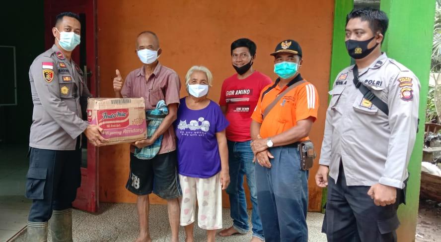 Dapat Bantuan Sembako, Warga Korban Banjir Ucapkan Terima Kasih Pada Polsek Sanggau Ledo