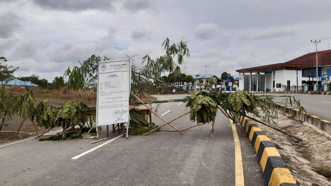 Uang Ganti Rugi Tak Kunjung Keluar, Ahli Waris Pagar Jalan di Perbatasan Entikong