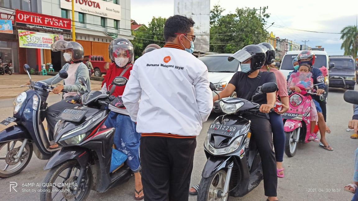 PKS Sanggau Berbagi Ta'jil dan Masker