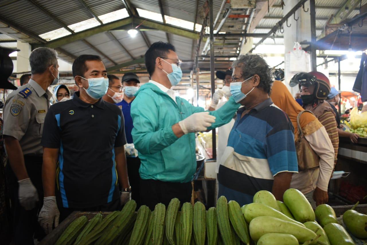 Bagikan Masker Gratis di Pasar Flamboyan, Edi Kamtono: 95 Persen Warga Sadar Masker