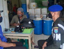 Personel Pomdam XII/Tpr Komsos dengan Pengunjung Pasar Mawar