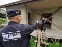 Diduga Penyimpangan Anggaran, Kacabjari Entikong Segel Dua Bangunan di Desa Pengadang