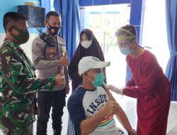 Didampingi Kapolsek, Camat Mempawah Timur Jalani Vaksinasi di Gedung BP2TD