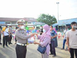 PKL Terminal Lawang Kuari Terima Bansos dari Polres Sekadau