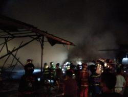 Sebuah Gudang Kayu Terbakar di Singkawang