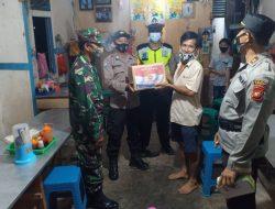 Pak Polisi Ini Bagi-bagi Sembako untuk Pedagang