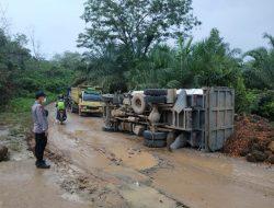 Akibat Jalan Rusak, Truck Angkutan Sawit Terbalik di Jalan Sidas-Darit