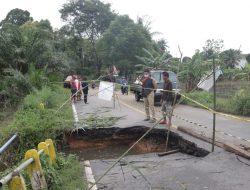Bupati Landak Karolin Lakukan Penanganan Jalan dan Jembatan Pasca Banjir
