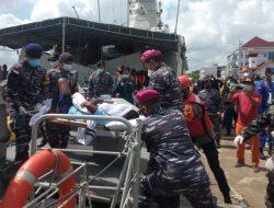 Prajurit Yonmarhanlan XII Bantu Evakuasi Korban Kapal Tenggelam di Perairan Kalbar
