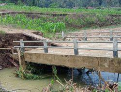 Jembatan Desa Benteng di Bengkayang Nyaris Ambruk Diterjang Banjir