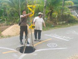Polsek Seluas Pasang Police Line Tanda Jalan Berlubang
