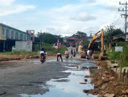 Tangani Genangan Air di Ruas Jalan KM 4, Bupati Melawi Intruksikan PU Kerahkan Alat Berat