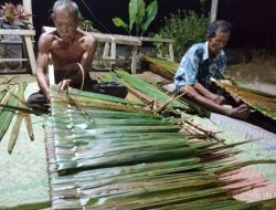 Cucuk Atap di Desa Sekabuk, Tradisi Gotong Royong yang Lestari di Era Millenial