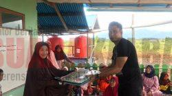 Anggota DPRD Kayong Utara Bagikan Buka Iqro dan Meja Belajar di Sukadana